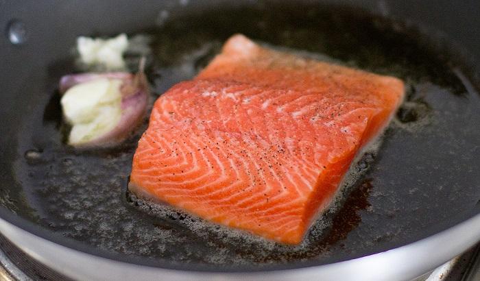 seared salmon in ibili pan